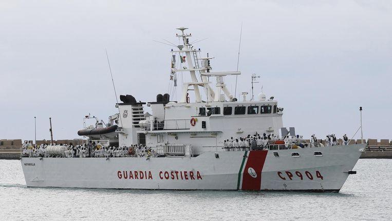 Een schip van de Italiaanse kustwacht, die dagelijks duizenden bootvluchtelingen redt. Beeld reuters
