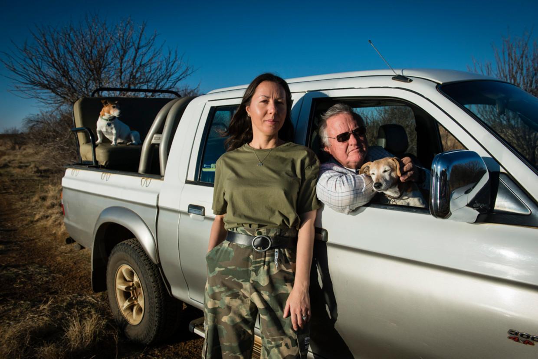 John Hume en zijn vrouw Albina. Achter in de auto een van hun jack russell-honden.