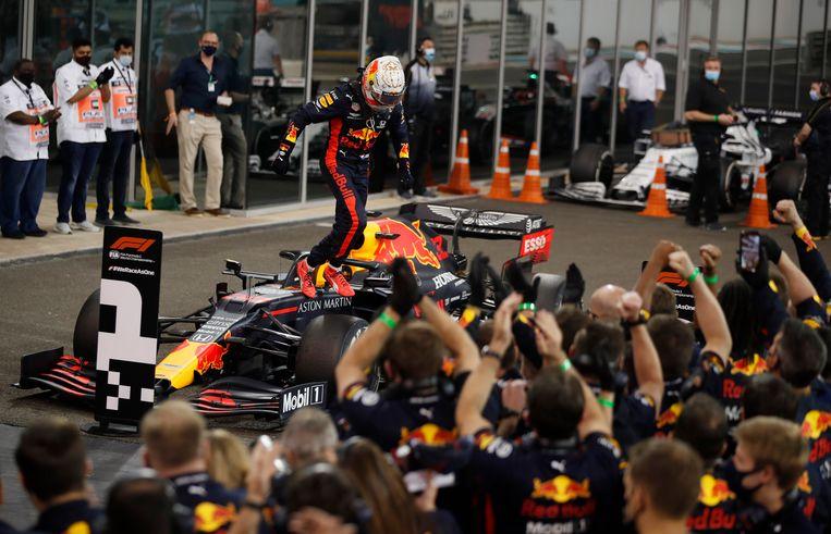 Max Verstappen viert zijn winst op het Yas Marina Circuit in Abu Dhabi. Beeld Pool via REUTERS