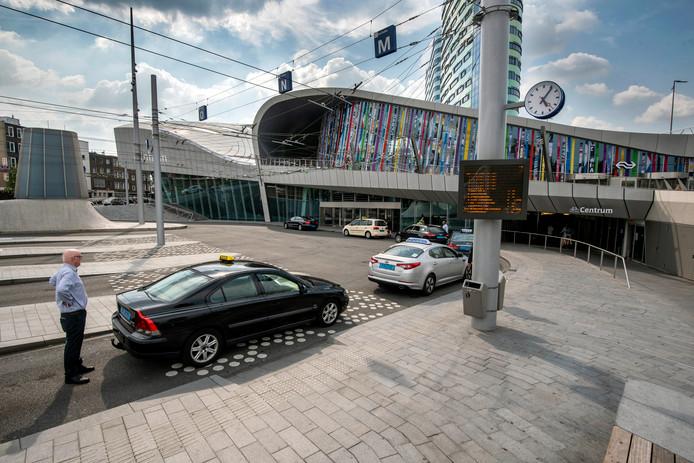 Geen bussen, wel taxi's tijdens de dagenlange OV-staking in Arnhem in juni.