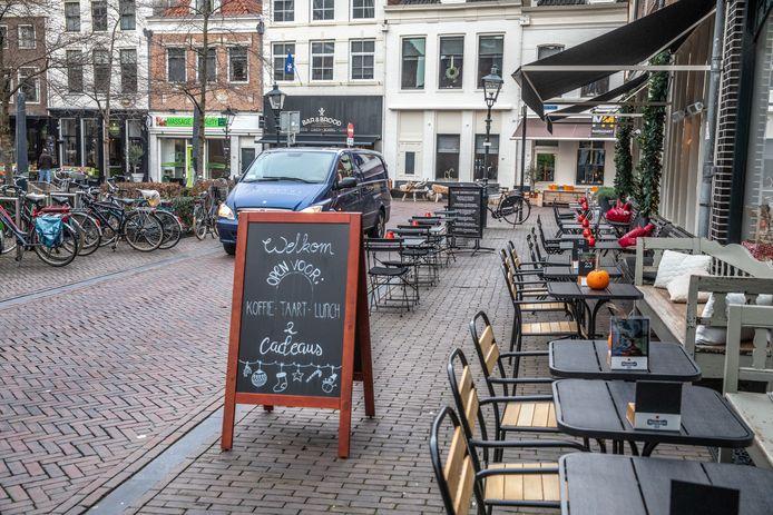 Het lijkt erop dat automobilisten tijdelijk moeten wijken voor de terrassen, als die vanaf 1 juni weer open kunnen. De VVD opperde dit deze maand, tot groot genoegen van coalitiegenoten ChristenUnie, GroenLinks en Swollwacht. De vier spraken dit namelijk al af in het coalitieakkoord uit 2018.