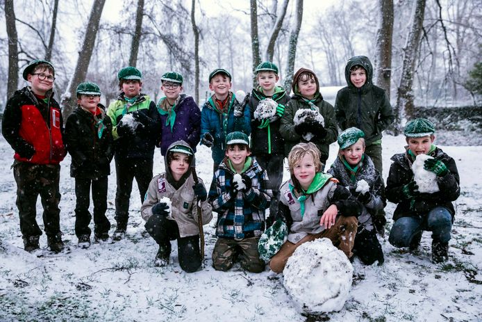 De eerste sneeuw is gevallen in Limburg, en ook de Sint-Trudoscouts weet er in het Speelhof plezier mee te beleven.