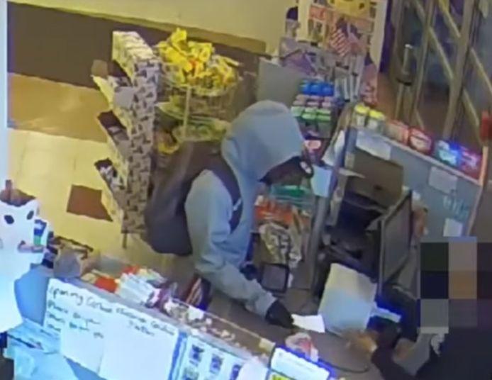 L'homme a tendu une note au vendeur en lui demandant de lui donner tout l'argent de la caisse pour son enfant malade.