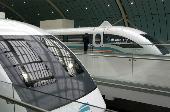 De eerste en enige commerciële Transrapid - een magneetzweeftrein - is 31,5 kilometer lang en ligt tussen de luchthaven van Shanghai Pudong en Longyang Road Station.