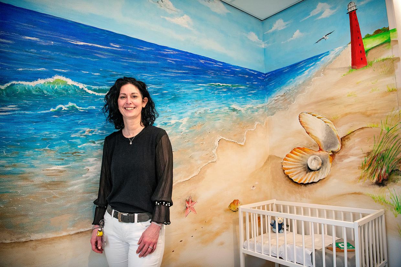 Initiatiefnemer Suzan Ernst van de nieuwe vondelingenkamer in Den Helder. Beeld Guus Dubbelman / de Volkskrant