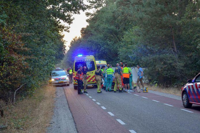 Hulpdiensten helpen het meisje op de plaats van het ongeval.