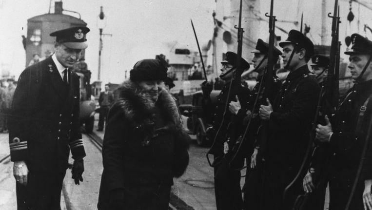 Koningin Wilhelmina inspecteert leden van Prinses Irene Brigade in de haven van Vlissingen in het voorjaar van 1945 Beeld anp