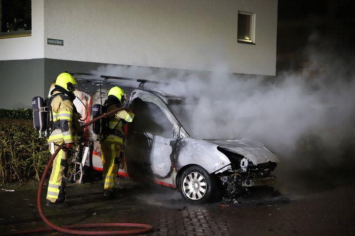 De brandweer heeft het vuur aan de auto in Tiel geblust.