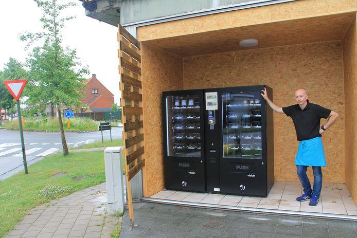Christophe aan de traiteurautomaat van De Vleeshove aan de rotonde van de Kortrijksestraat-Baronielaan en Hondekensmolenstraat.