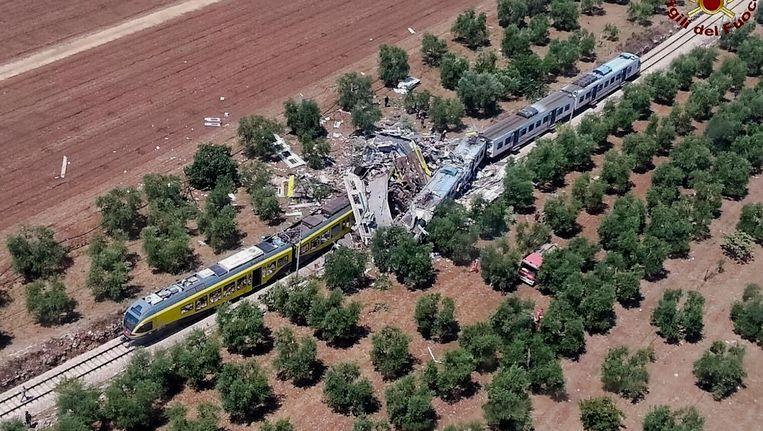 De twee op elkaar gebotste treinen in het zuiden van Italië. Beeld ap