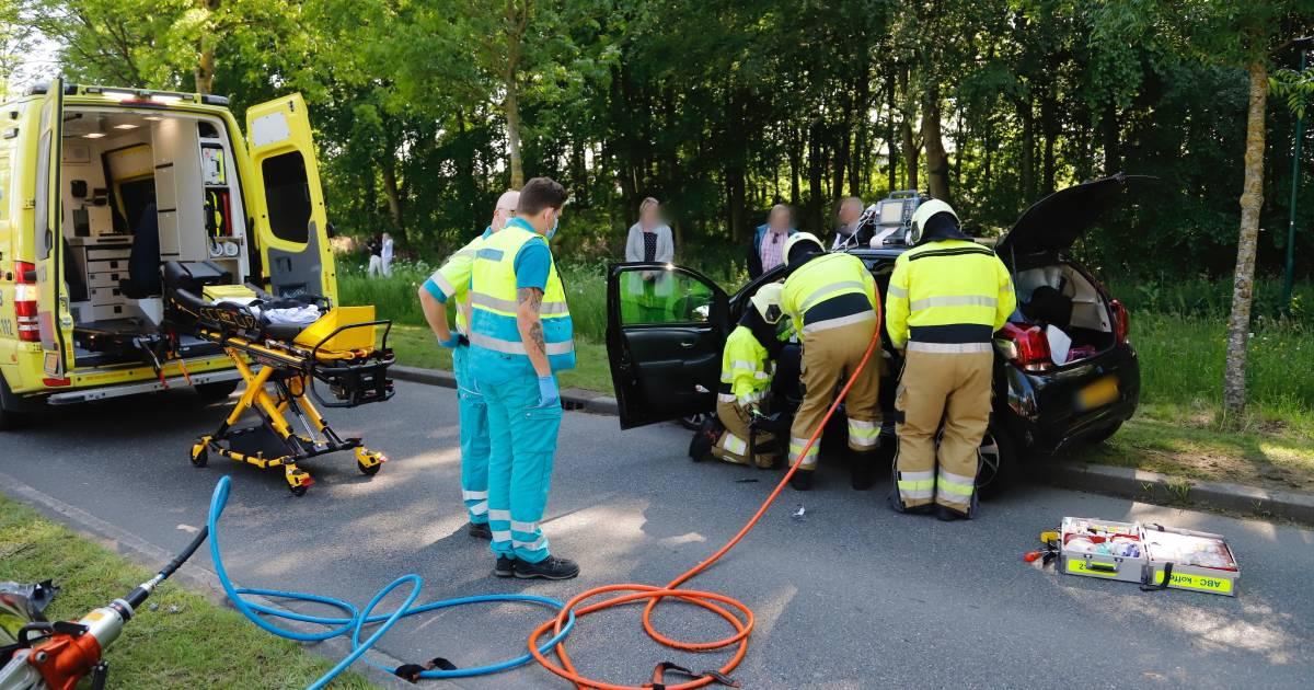 Brandweer moet bestuurster uit auto bevrijden na botsing in Boxmeer.
