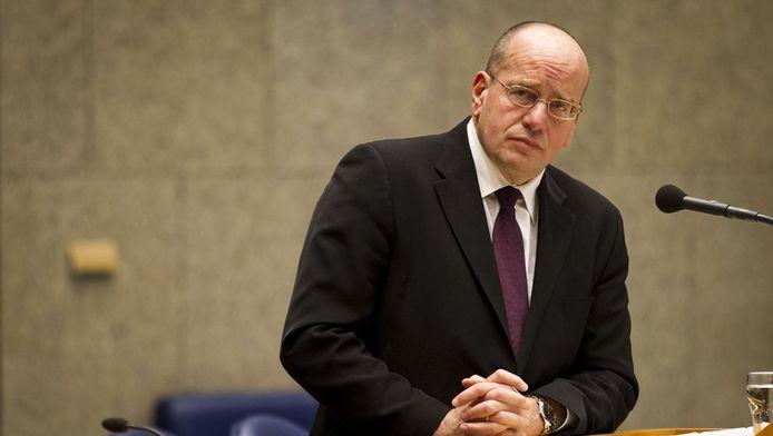 Staatssecretaris Teeven begin december in de Kamer.