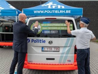 Banner op 230 Limburgse politievoertuigen maakt anoniem drugsmeldpunt bekend bij groot publiek