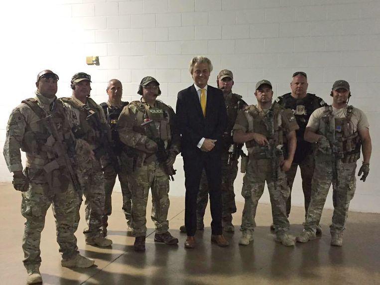 Geert Wilders tussen tot de tand bewapende bewakingsagenten op de conferentie in het Texaanse Garland, enkele uren voor de schietpartij.