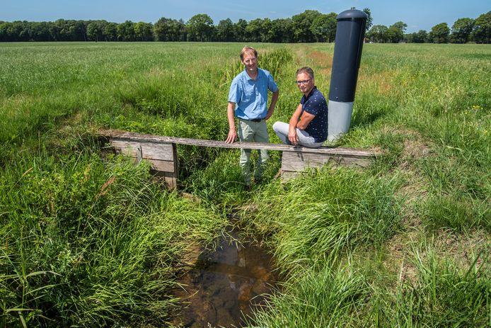 Pieter Jelle Damsté (links) en Keesjan Douw bij de Snoeyinksbeek die ondieper wordt gemaakt.