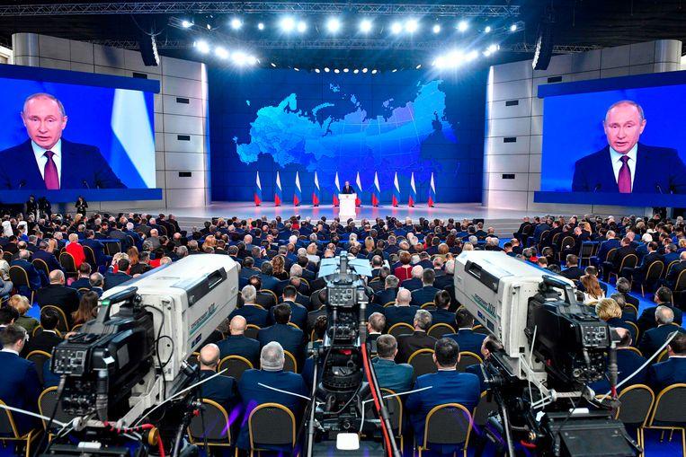 Op videoschermen was de president te zien. Beeld AFP