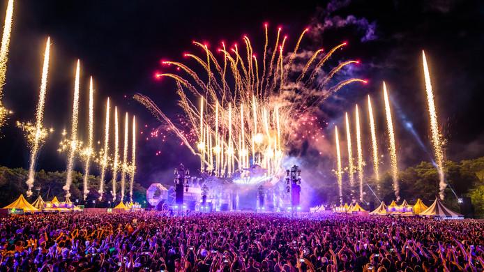 Tijdens de eindshow gaan er jaarlijks honderden vuurwerkpijlen de lucht in