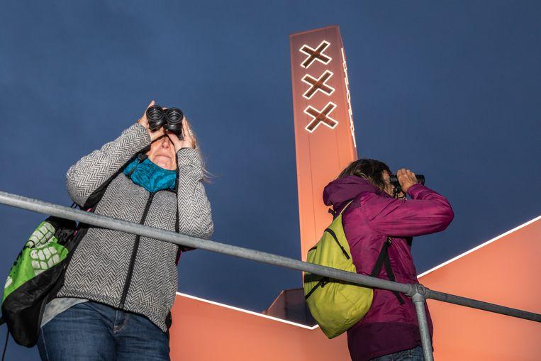 Vogelspotters op de A'DAM Toren. Beeld Dingena Mol