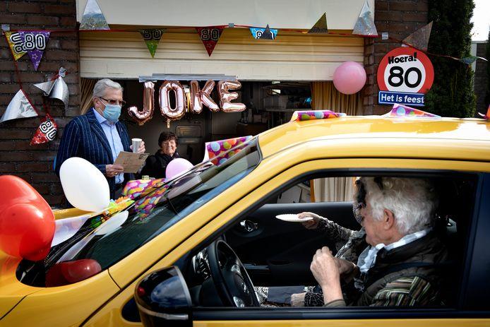 Feest vanuit de garage voor de tachtigste verjaardag van Joke van Gent
