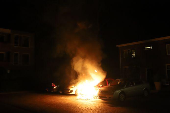 Een auto aan de Schaepmanlaan in Nunspeet stond vannacht in lichterlaaie.