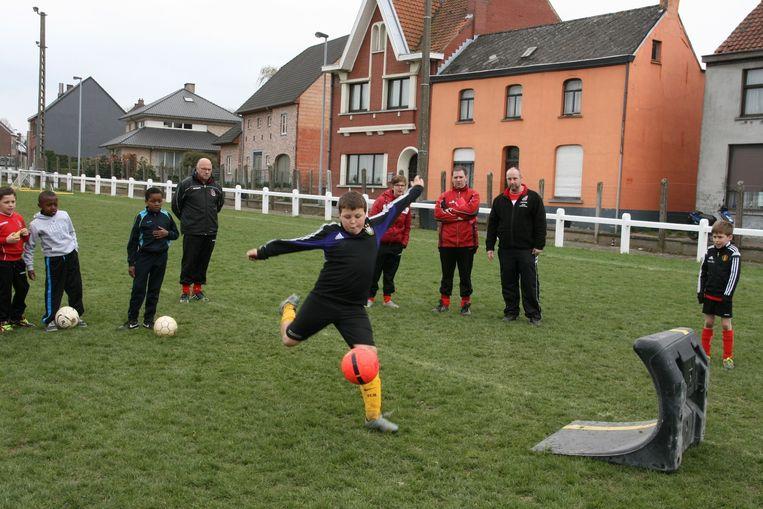 Met een soccerwave werd geoefend op lage ballen.