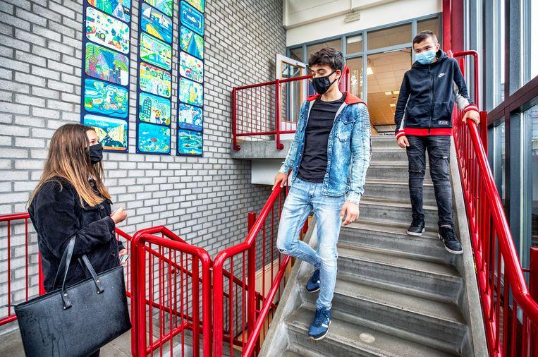 Leerlingen van het Griftland College in Soest moeten met verplaatsing door de gangen al een mondkapje dragen. Beeld Raymond Rutting / de Volkskrant
