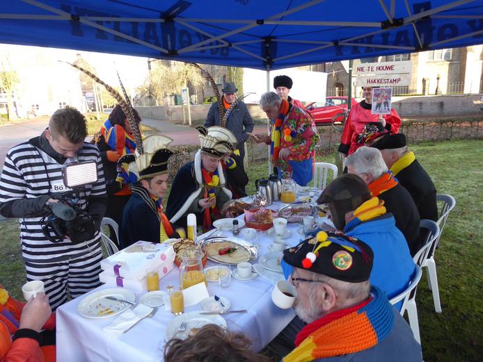 Voor de 33ste keer is het Krabberdonks Ontbijt Tiem bij elkaar in de buitenlucht onder de kerk in Den Dungen om samen te ontbijten.