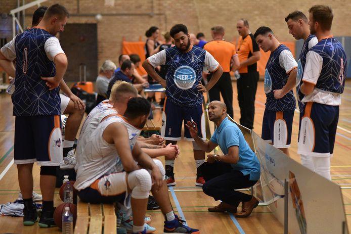 Coach Rakhes Angnoe van BC Vlissingen in een time-out met zijn spelers.