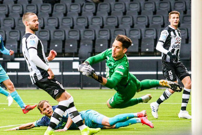 Lennart Thy maakt de 1-0 voor Sparta en laat Heracles-doelman Janis Blaswich kansloos.