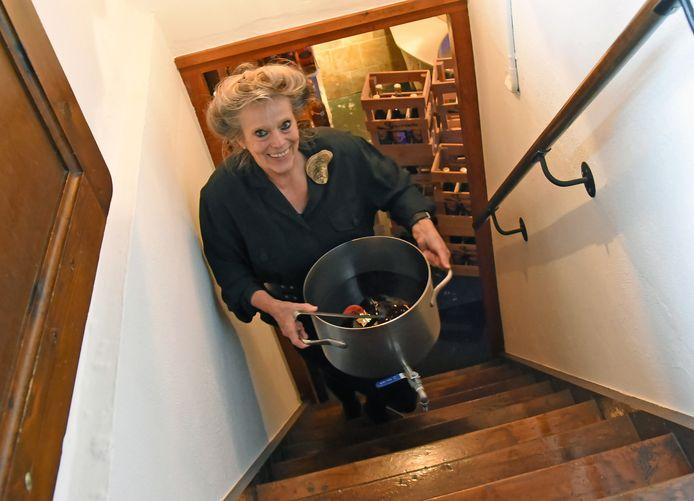 Marlene van Domburg komt met een pan kruidenwijn uit haar kelder.