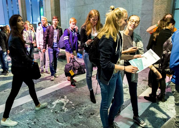 Een lading Erasmustudenten komt aan op de universiteit van Rotterdam. Beeld epa