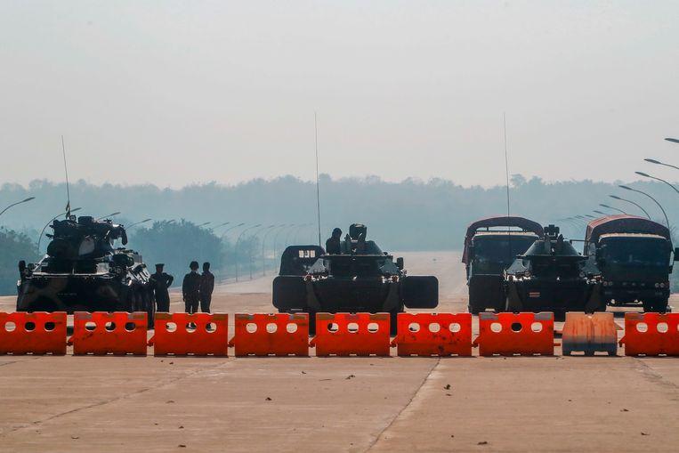 Legervoertuigen bij een blokkade van de weg naar het parlement van Myanmar in de stad Naypyitaw. Beeld AP