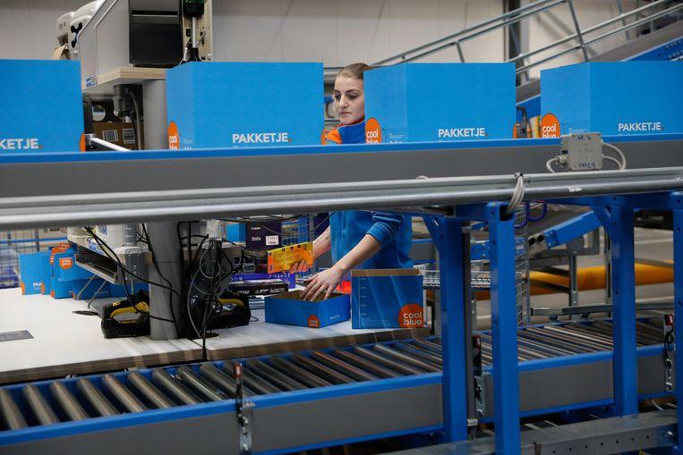 Een nieuwe pakketjesmachine in het magazijn van internetwinkel Coolblue in Tilburg Beeld Hollandse Hoogte /  ANP