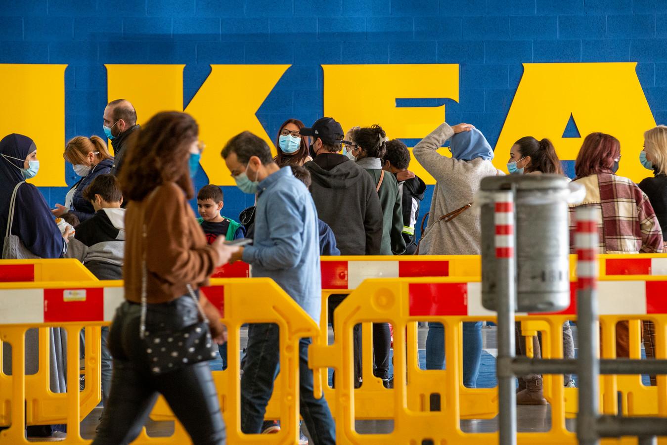 Bij Ikea mag je met maximaal twee personen naar binnen.