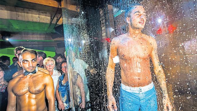 Dave Roelvink onder de douche in gayclub 'De Unie'.