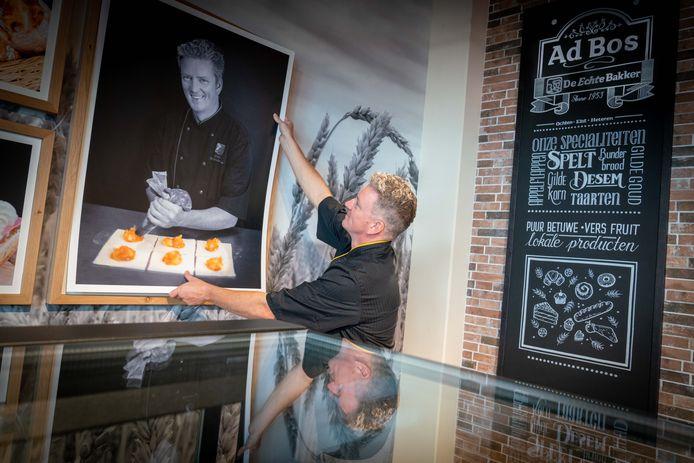 Bakker Gerbert Bos legt de laatste hand aan de inrichting van zijn nieuwe bakkerij in Heteren. Daar gaan de deuren, in de voormalige winkel van Fontein Bloemen, morgen open.