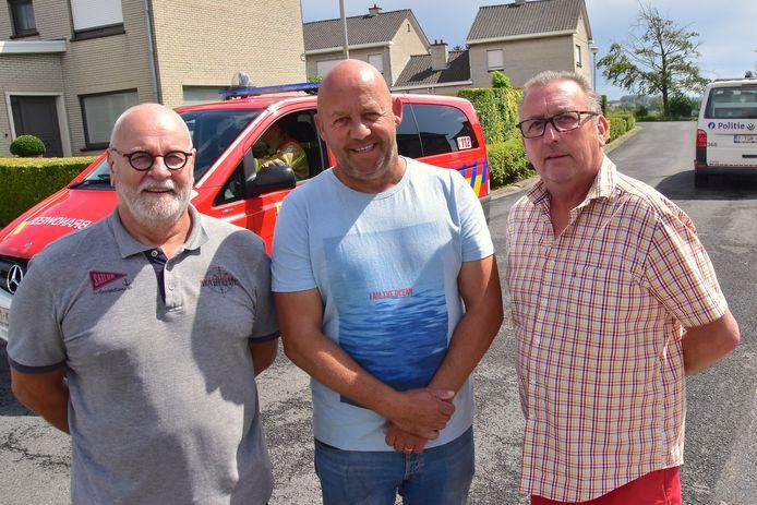 Drie buren snelden te hulp bij het ongeval langs de Mandenmakersstraat in Bellegem: (vlnr) Luc Holvoet, Jurgen Soenens en Danny Vanbruwaene.