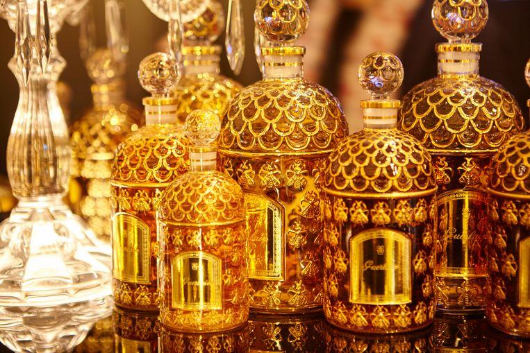 De impressionante Golden Bee Bottle-flessen van Guerlain, in 1853 ontworpen voor keizerin Eugenie. Beeld Alexander Popelier