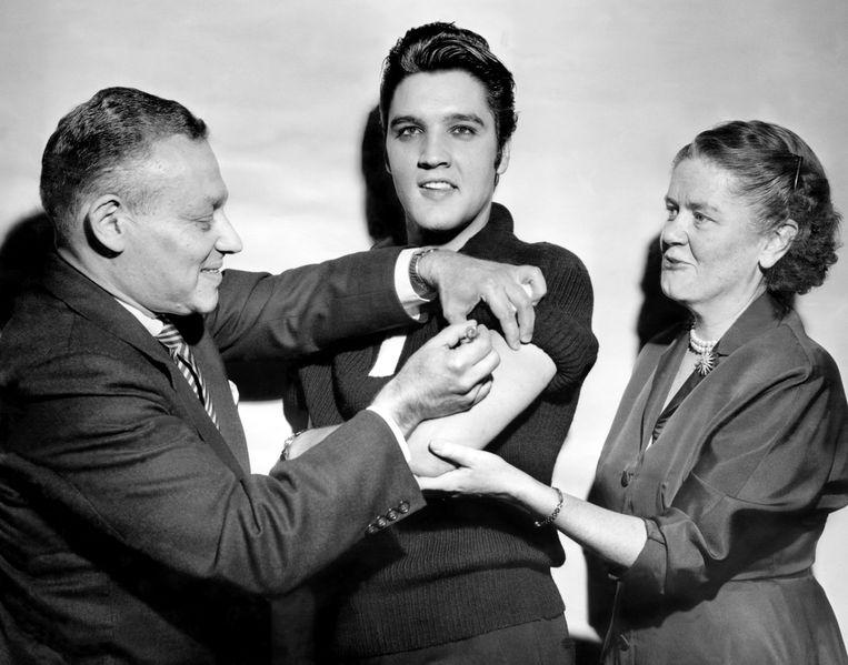 Oktober 1956: Elvis Presley krijgt een poliovaccinatie. Beeld Getty