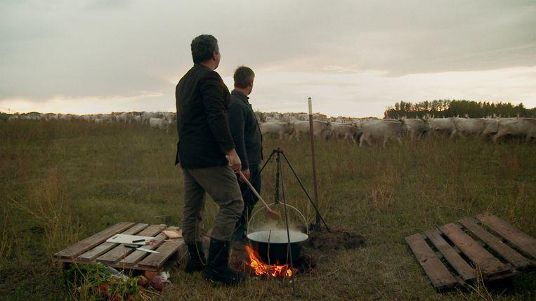 Een pan goulash in Hongarije. Beeld Bas Zwartepoorte
