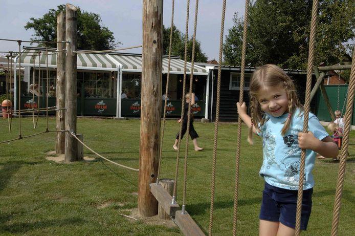 Stevige houten speeltuigen in de tuin van de Bokmolenhoeve.