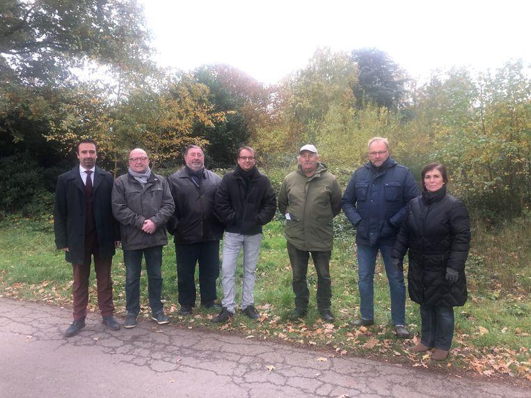 Een delegatie van N-VA en buurtbewoners op de plek waar het woonwagenpark gepland is.