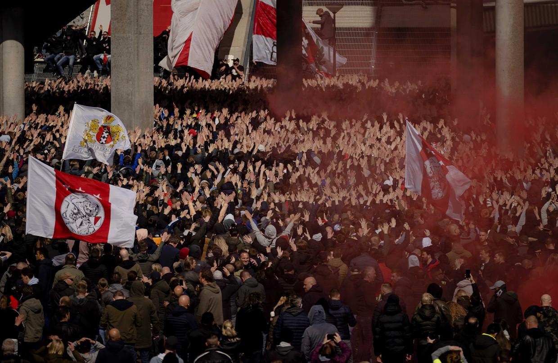 Supporters van Ajax vieren zondag bij de Johan Cruijff Arena de 35ste landstitel uit de clubhistorie.  Beeld ANP