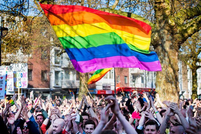 Deelnemers tijdens een eerdere demonstratie tegen homogeweld. Aanleiding was de mishandeling van een homokoppel in Arnhem. De mannen van 31 en 35 jaar liepen hand in hand over de Mandelabrug toen zes tot acht jongeren langs kwamen fietsen en ze begonnen uit te schelden. Foto ter illustratie.