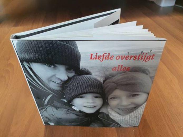 Het boekje 'Liefde overstijgt alles', dat Eveline Coppin schreef op basis van haar gesprekken met Annabel Vereecke. Annabel zelf en tweelingzus Fiona werkten er intensief aan mee, maar helaas heeft Annabel het eindresulaat niet meer gezien.