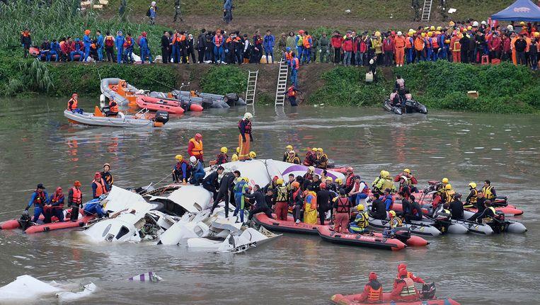 De zoektocht naar overlevenden na de crash op 4 februari. Beeld AFP