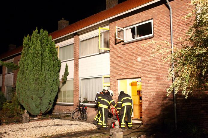 Bij de brand raakte twee bewoners gewond.