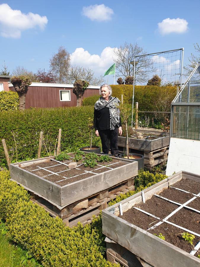 Hennie van den Pol in haar tuintje bij Tuinvereniging Leeuwenbergh in Den Haag.