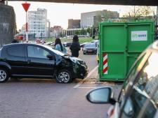 Arnhemse zonder geldig rijbewijs botst met auto op container Nieuwe Kade: 400 euro boete