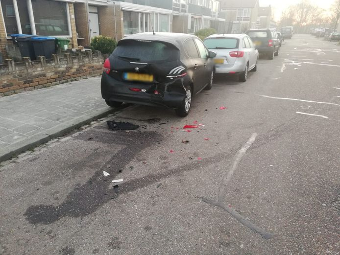 Schade aan zes voertuigen na botsing in een Bossche woonwijk.